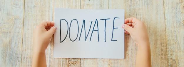 Firmare con un testo per una donazione nelle mani di un bambino