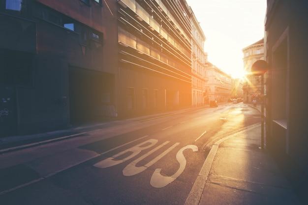 Firmi sul bus della strada, dettaglio di un segno dipinto sull'asfalto