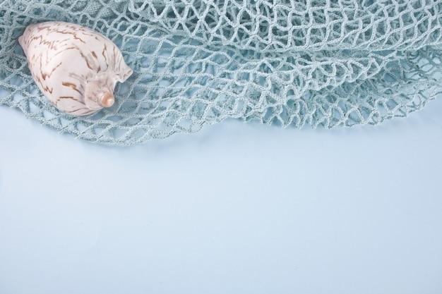 Fishnet e grandi conchiglie marine. copia spazio