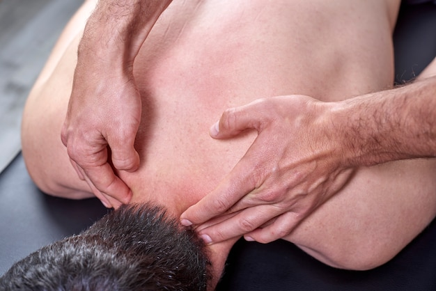 Fisioterapista che fa un massaggio alla schiena