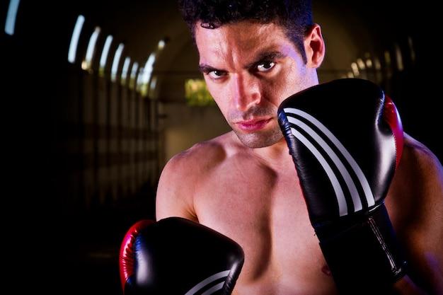 Fit combattente con i guantoni da boxe