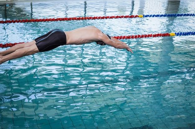 Fit uomo immersioni in acqua in piscina