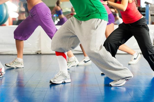 Fitness: allenamento di danza zumba in palestra