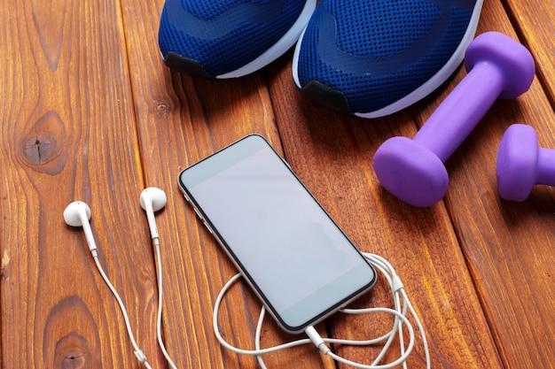 Fitness con scarpe da ginnastica, manubri