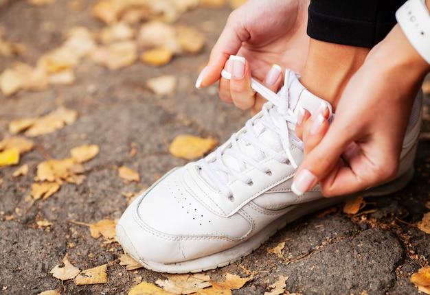 Fitness. corridore femminile legando le scarpe preparando per una corsa