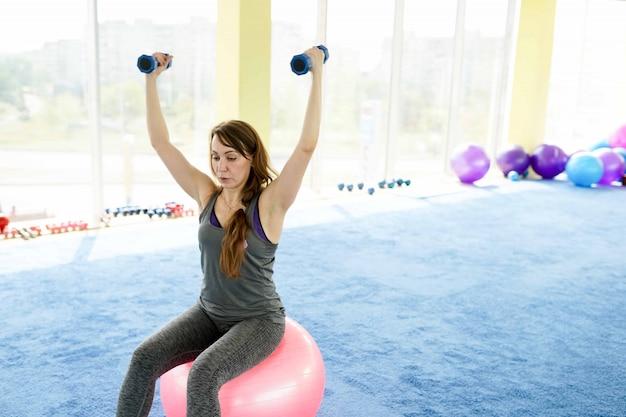 Fitness donna bella donna senior caucasica facendo esercizio in palestra