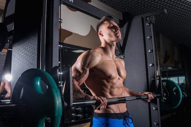 Fitness e pressa addominale pompata. uomo sexy