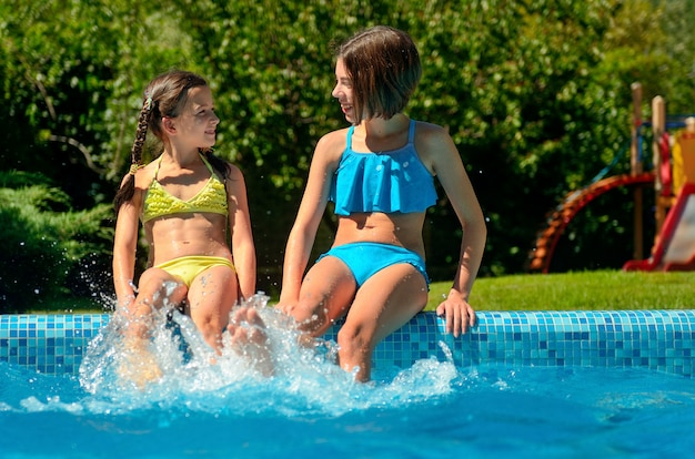 Fitness estivo, i bambini in piscina si divertono e sguazzano nell'acqua, i bambini in vacanza con la famiglia
