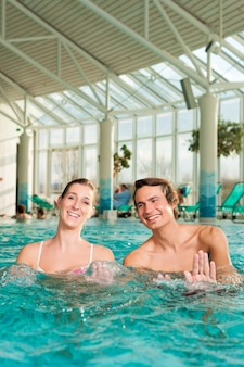 Fitness - ginnastica sott'acqua in piscina
