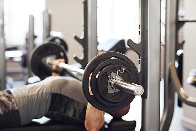 Fitness in palestra, sollevamento pesi