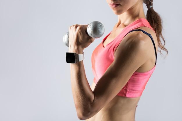 Fitness ragazza sollevamento dumbbell