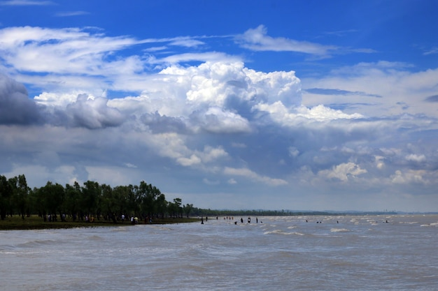 Fiume con bel cielo blu, guliakhali, bangladesh.