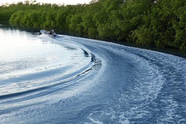 Fiume del lago tramonto del lavaggio del puntello di risveglio della nave della barca
