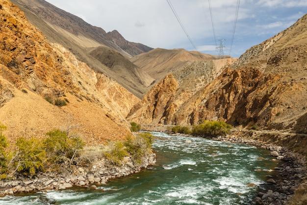Fiume kokemeren, djumgal kirghizistan, splendido paesaggio montano