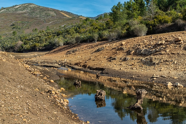 Fiume ruecas. paesaggio nel parco naturale di las villuercas. canamero. extremadura. spagna.