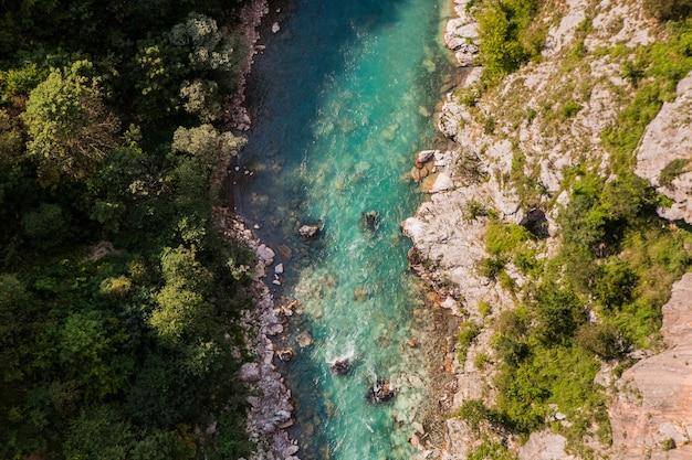 Fiume tara di montagna e canyon profondo scenico. percorso di rafting, parco nazionale del durmitor, montenegro.