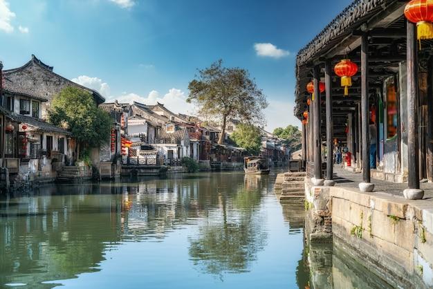 Fiume wuzhen e antichi edifici residenziali