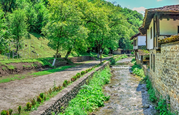 Fiume yantra nel villaggio di etar, bulgaria
