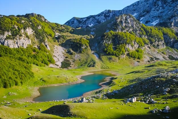 Fiumi e laghi scenici nel montenegro