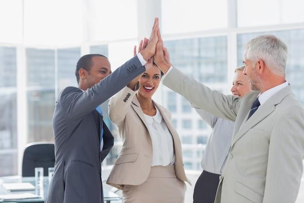 Fiving alto squadra felice di affari