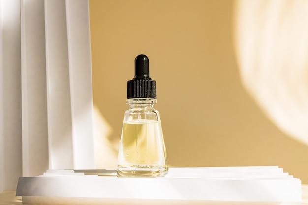 Flacone di vetro con contagocce con pipetta. mock up liquido essenziale.