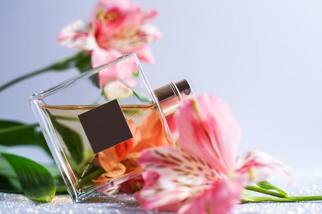 Flacone spray per profumo con fiori rosa