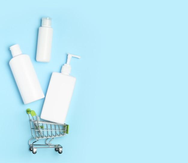 Flaconi per la cosmetica bianchi in un carrello della spesa
