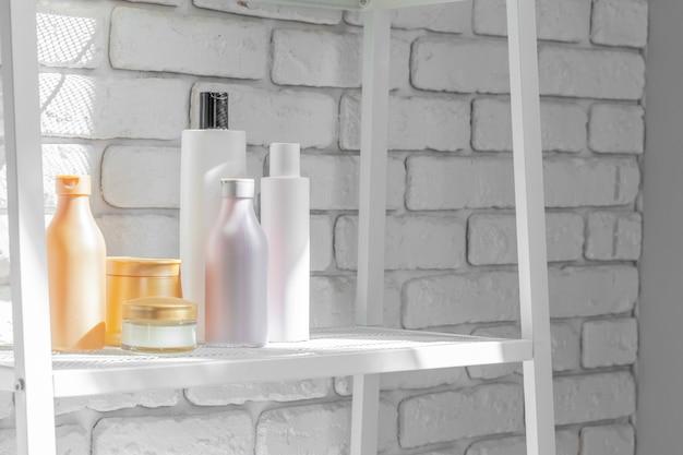 Flaconi per la cosmetica contro il muro del bagno