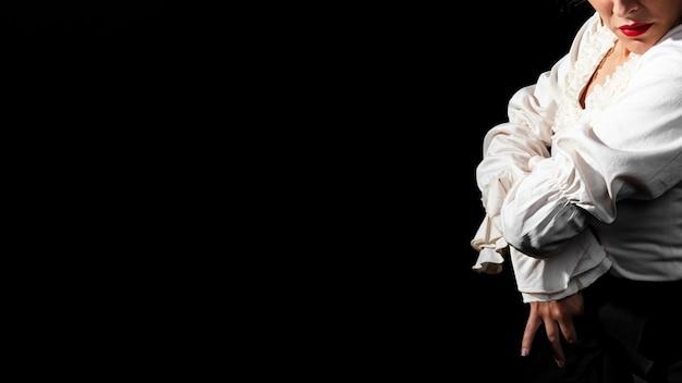Flamenca con le braccia incrociate e copia spazio