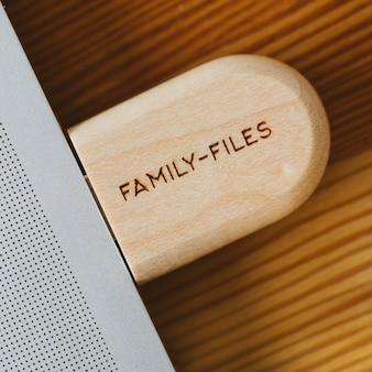Flash drive in una custodia di legno con la scritta