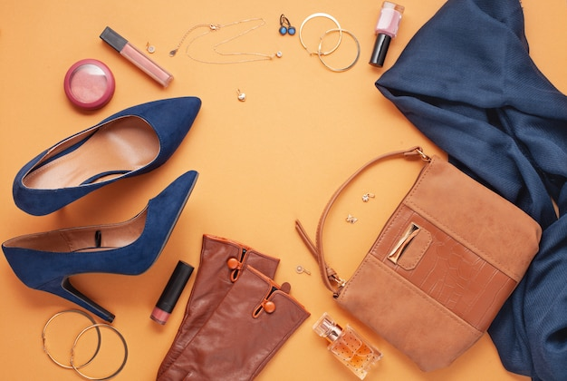 Flat lay con accessori da donna.