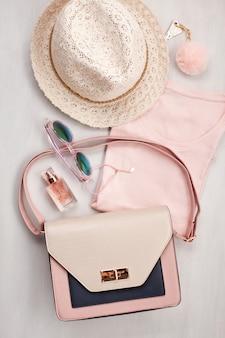 Flat lay con accessori donna. moda e shopping concept