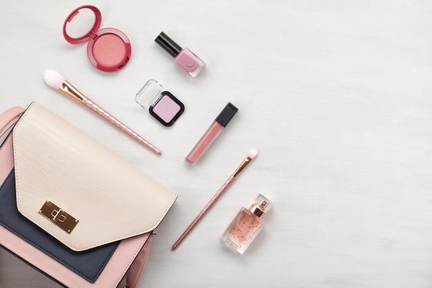 Flat lay con accessori donna. moda, tendenze e concetto di shopping