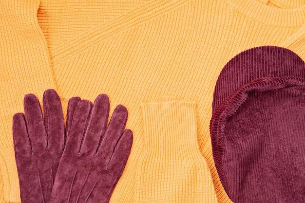 Flat lay con comfort caldo vestito per il freddo.
