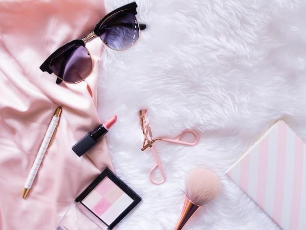 Flat lay di accessori cosmetici.