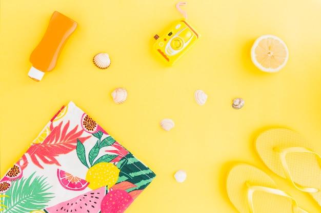 Flat lay di conchiglie e accessori estivi