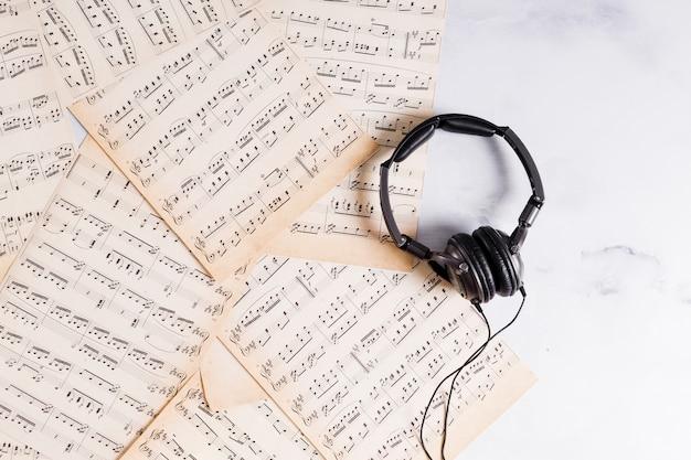 Flat lay di note musicali