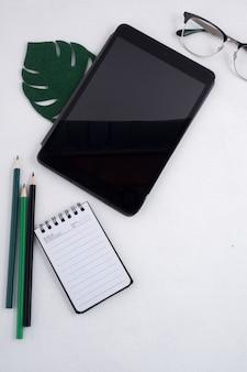 Flat lay di tablet ed elementi di office