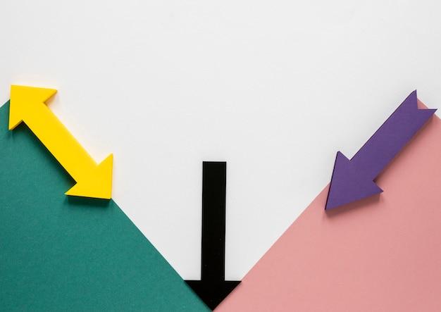 Flat lay frecce colorate e cartoni