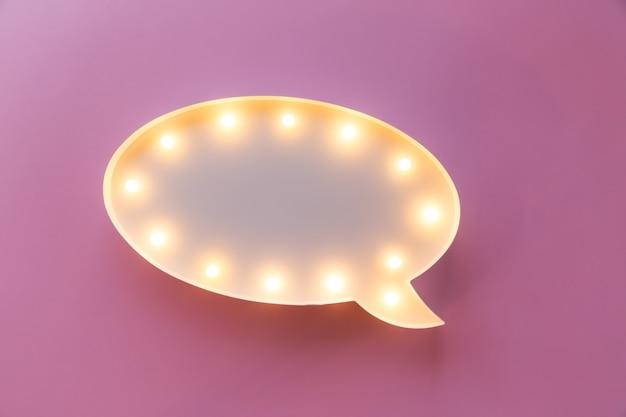 Flat lay love holiday celebrazione text ti amo su lightbox sul rosa