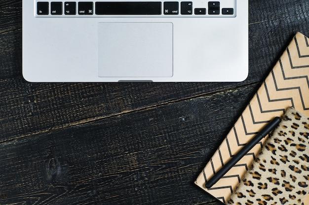 Flat office laici. area di lavoro femminile con laptop, accessori dorati,
