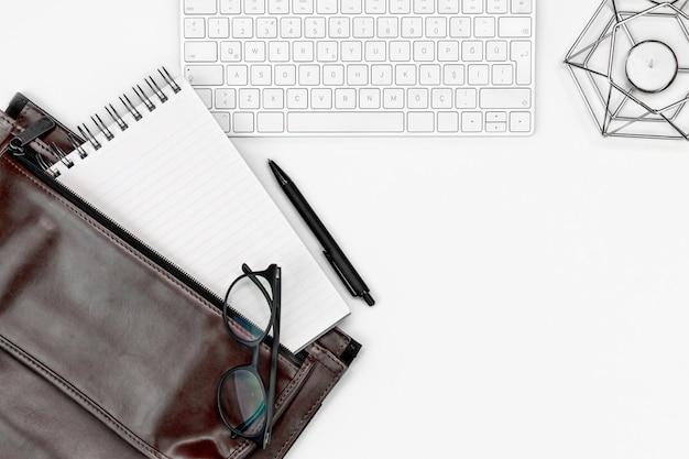 Flatlay bianco della disposizione della tabella della scrivania