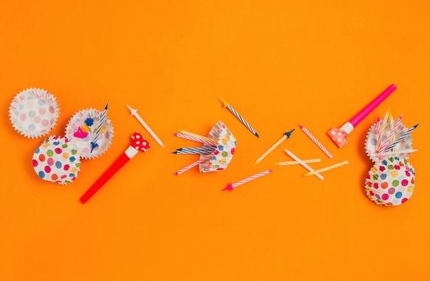 Flatlay con vari accessori per feste: corna, candele, fodere per cupcake ecc.