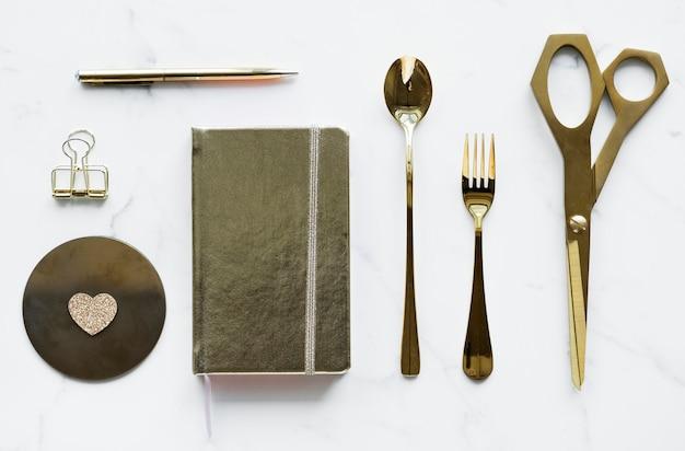 Flatlay del concetto di decorazione di utensili d'oro