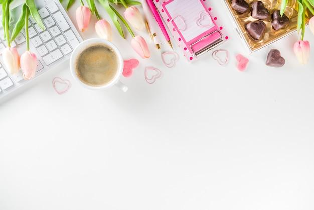 Flatlay di concetto dell'ufficio della donna della primavera