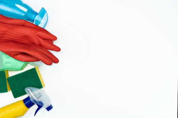 Flatlay di prodotti per la pulizia su sfondo bianco. detersivi o disinfettanti. bottiglie di plastica