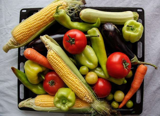 Flatlay di verdure fresche sul vassoio di ferro nero