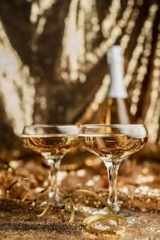 Flauto champagne con bottiglia splendente su lucido dorato