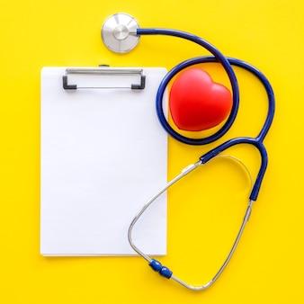 Flay laici a forma di cuore con blocco note e stetoscopio