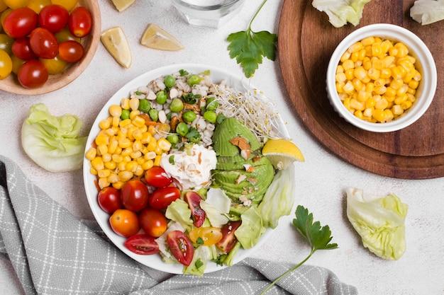 Flay lay di verdure sane sul piatto